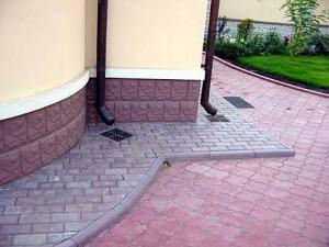 1_1_otmostka_iz_trotuarnoy_plitki_1